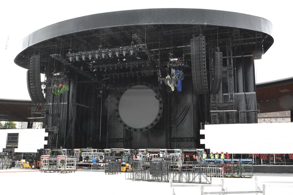 In der Bühne hängt bereits der runde Screen und sehr viel Technik.
