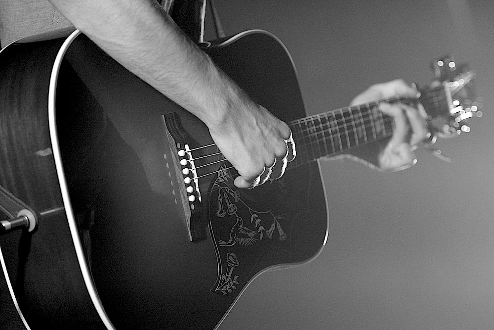 Der Brite steht nur mit einer Gitarre auf der Bühne.