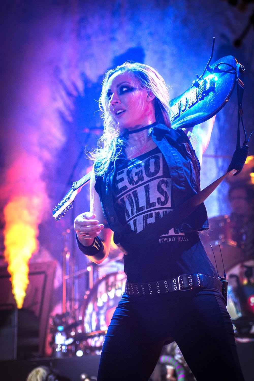 Nita Strauss spielt schon mal mit der Gitarre.