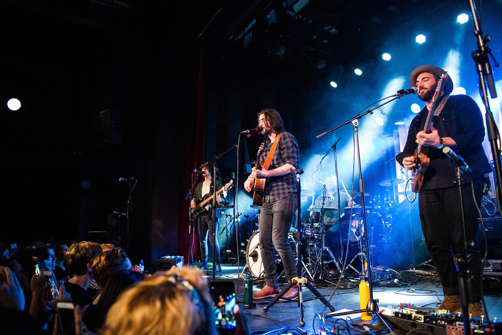 Noah Kahan und seine Band.
