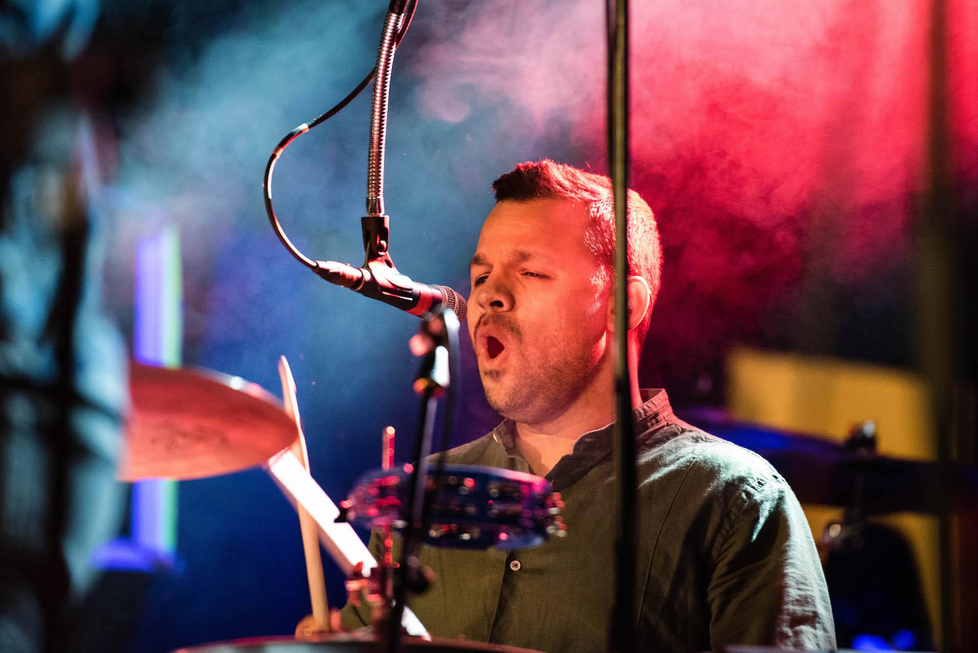 Musikalische Unterstützung des Drummers.