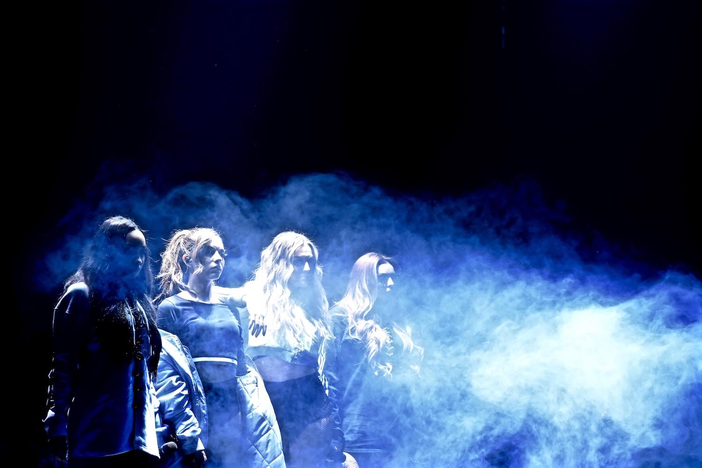 Geister? Nur Little Mix, die effektvoll die Bühne betraten.