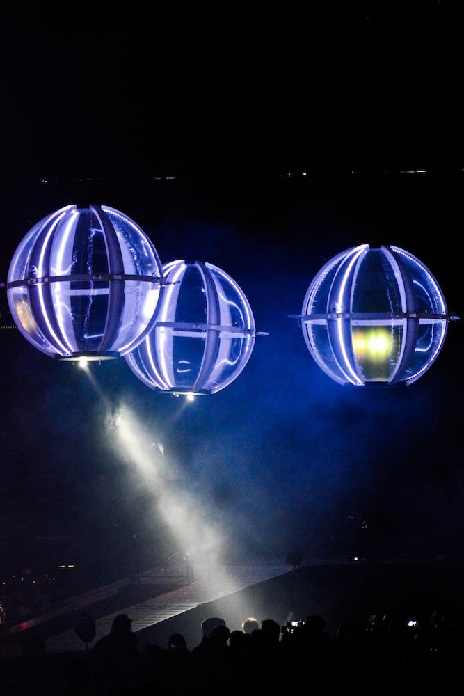 Die titelgebenden Drohnen fliegen im Stadion.