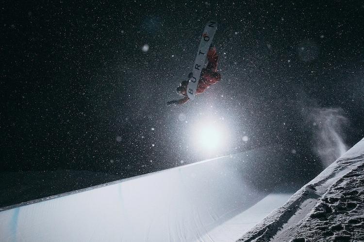 Nächtlicher Snowboardspass No. 2 mit dem Schweizer Christian Haller. (© Gabel Heureux)