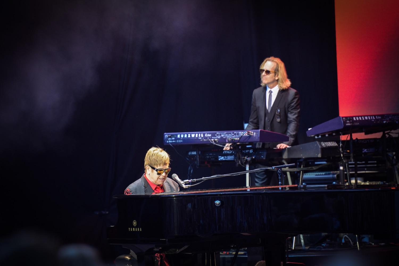 Unterstützung bekam Elton John von sehr versierten Musikern, etwas am Keyboard.