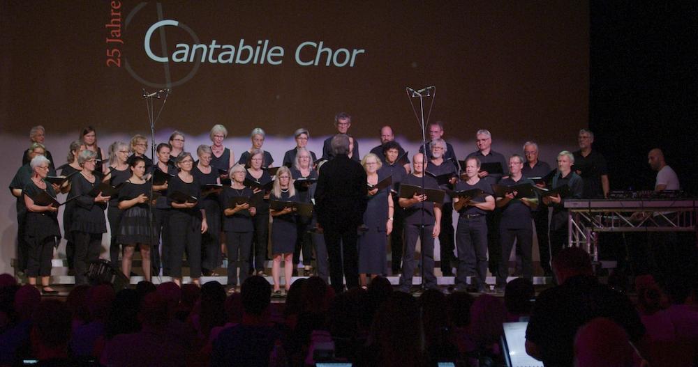 Der Cantabile Chor mit Boran Ece.