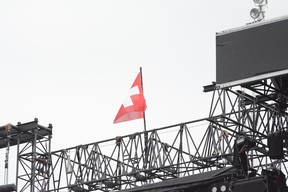 Die Flagge freut sich über das Konzert.