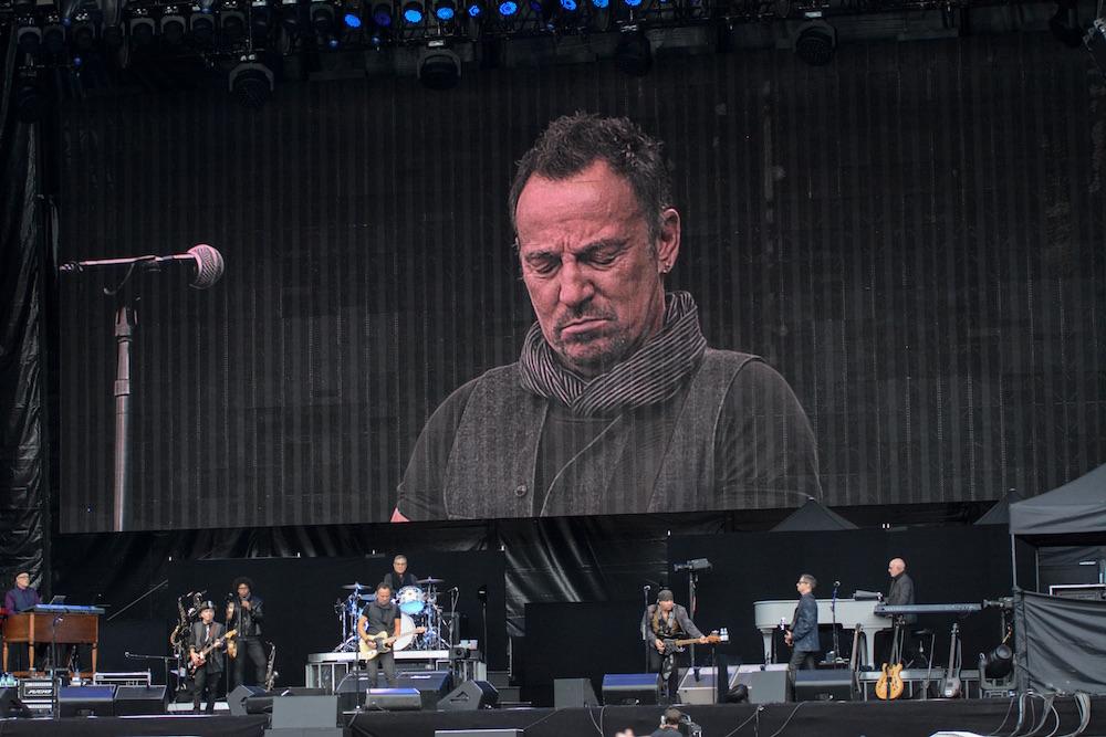 Überlebensgross? Mag sein, aber Springsteen wirkt bescheiden.