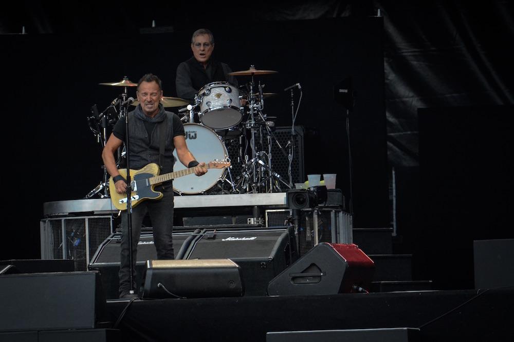 Gebt ihm eine Gitarre und Bruce Springsteen begeistert ein volles Stadion.