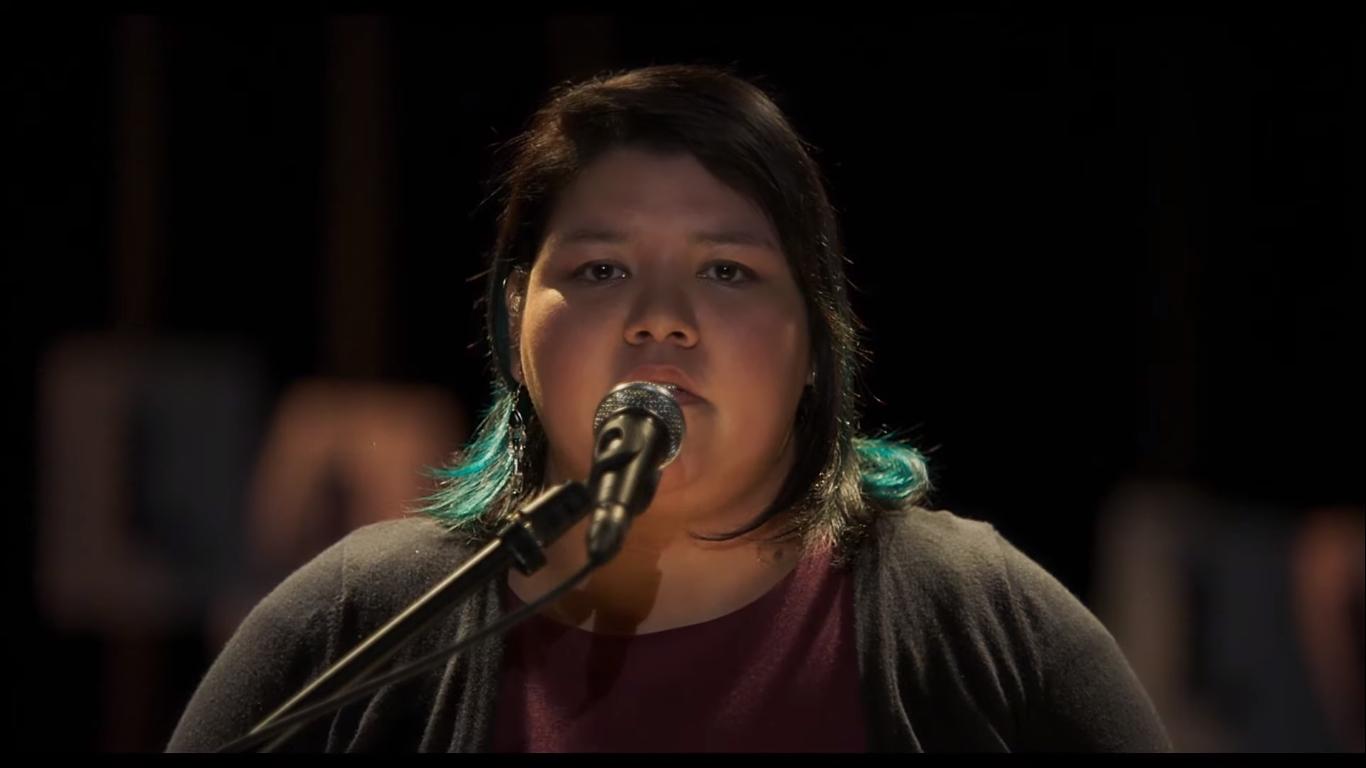 Mikuan arbeitet an ihrem Traum und liest öffentlich ein Gedicht vor.