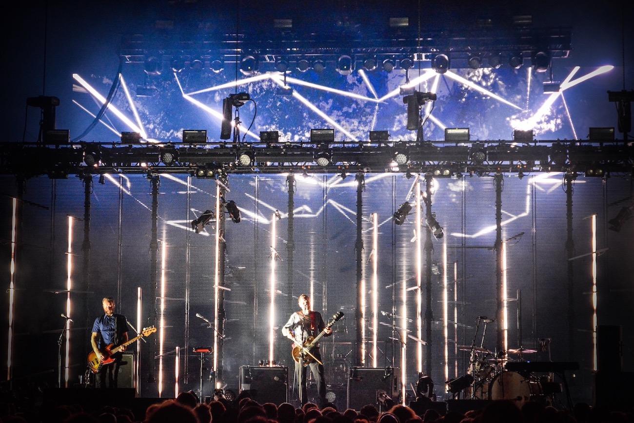 Die Lichtsäulen der Bühne.