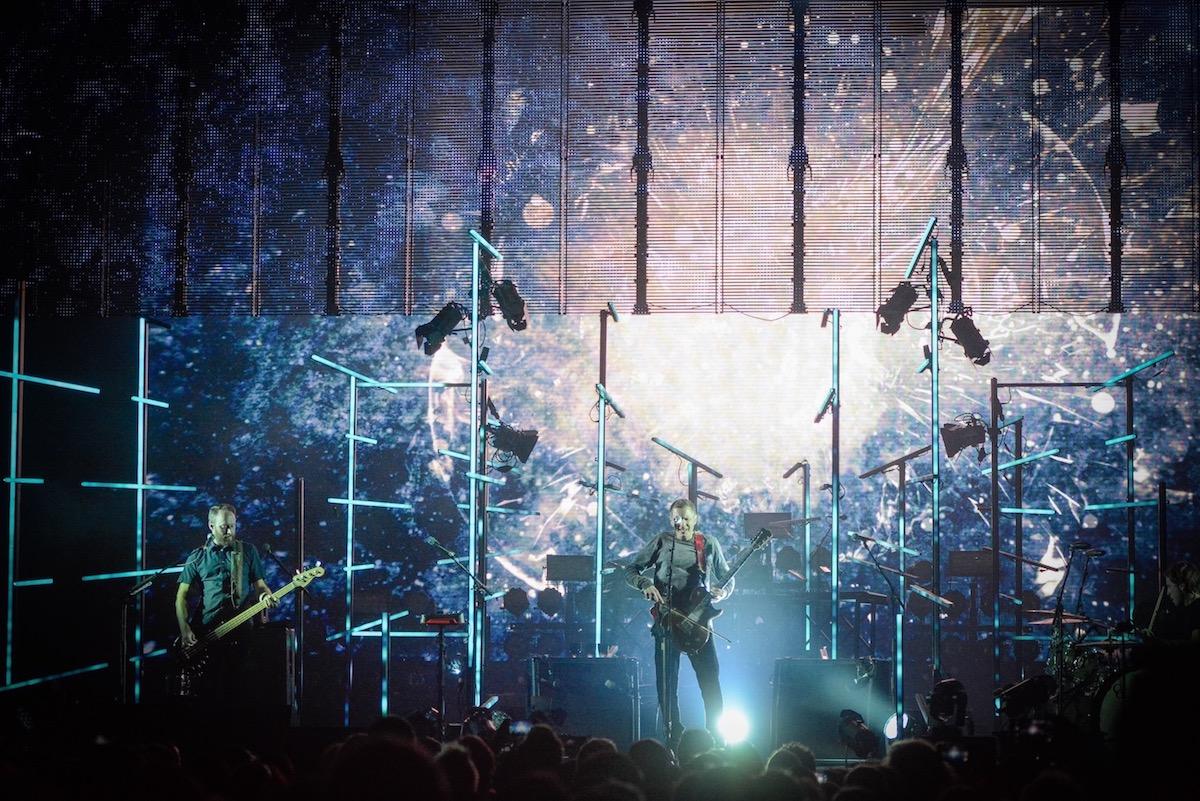 Band und Bühne bilden ein Gesamtkunstwerk.