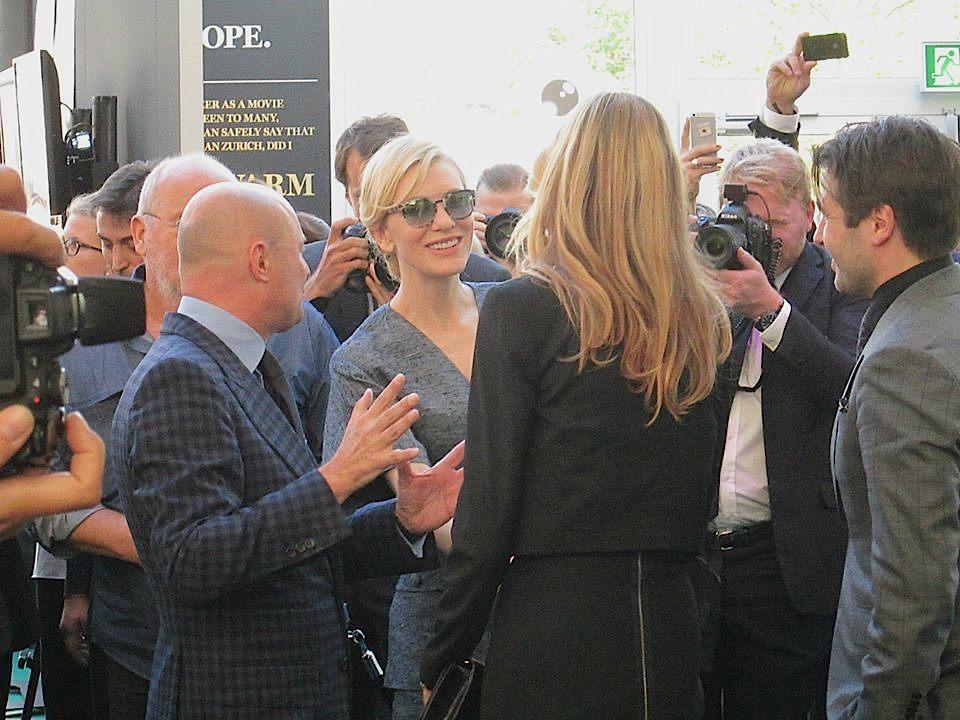 Hollywood-Star Cate Blanchett beim Bad in der Menge.