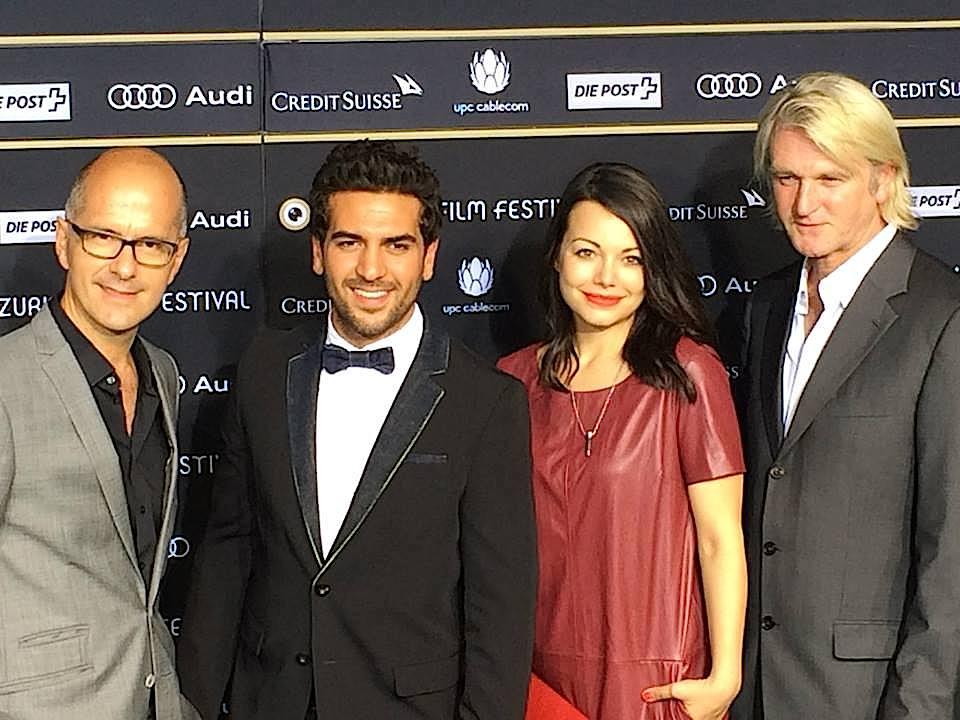 """Der Cast von """"Männerhort"""" mit Cosma Shiva Hagen im roten Kleid."""