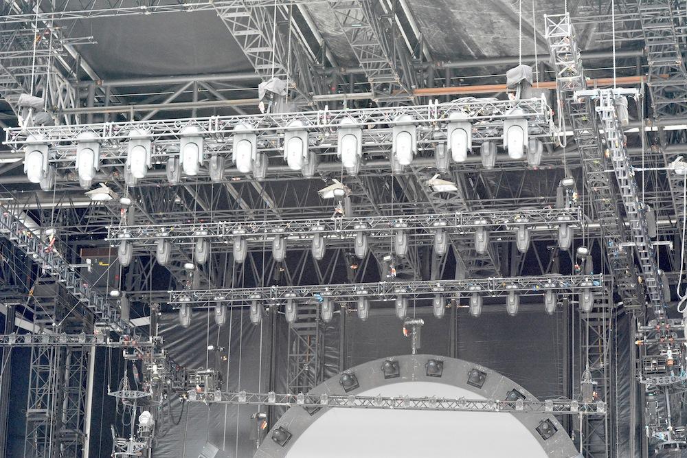 Ein Ausschnitt der Technik in der Decke der Bühne.