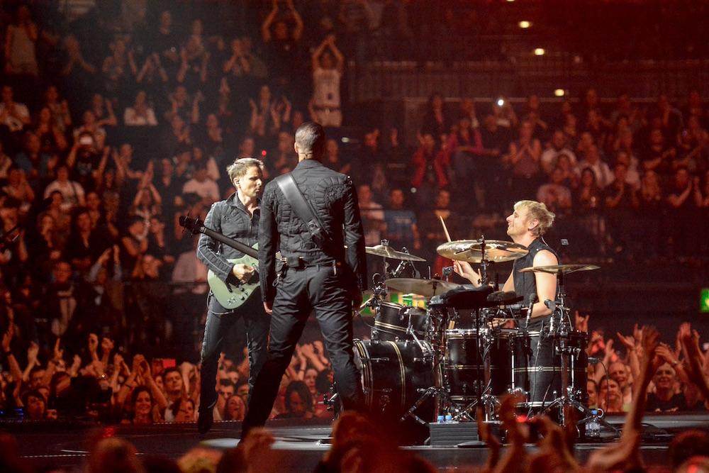 Die Band dreht sich im Zentrum der Bühne um die eigene Achse.