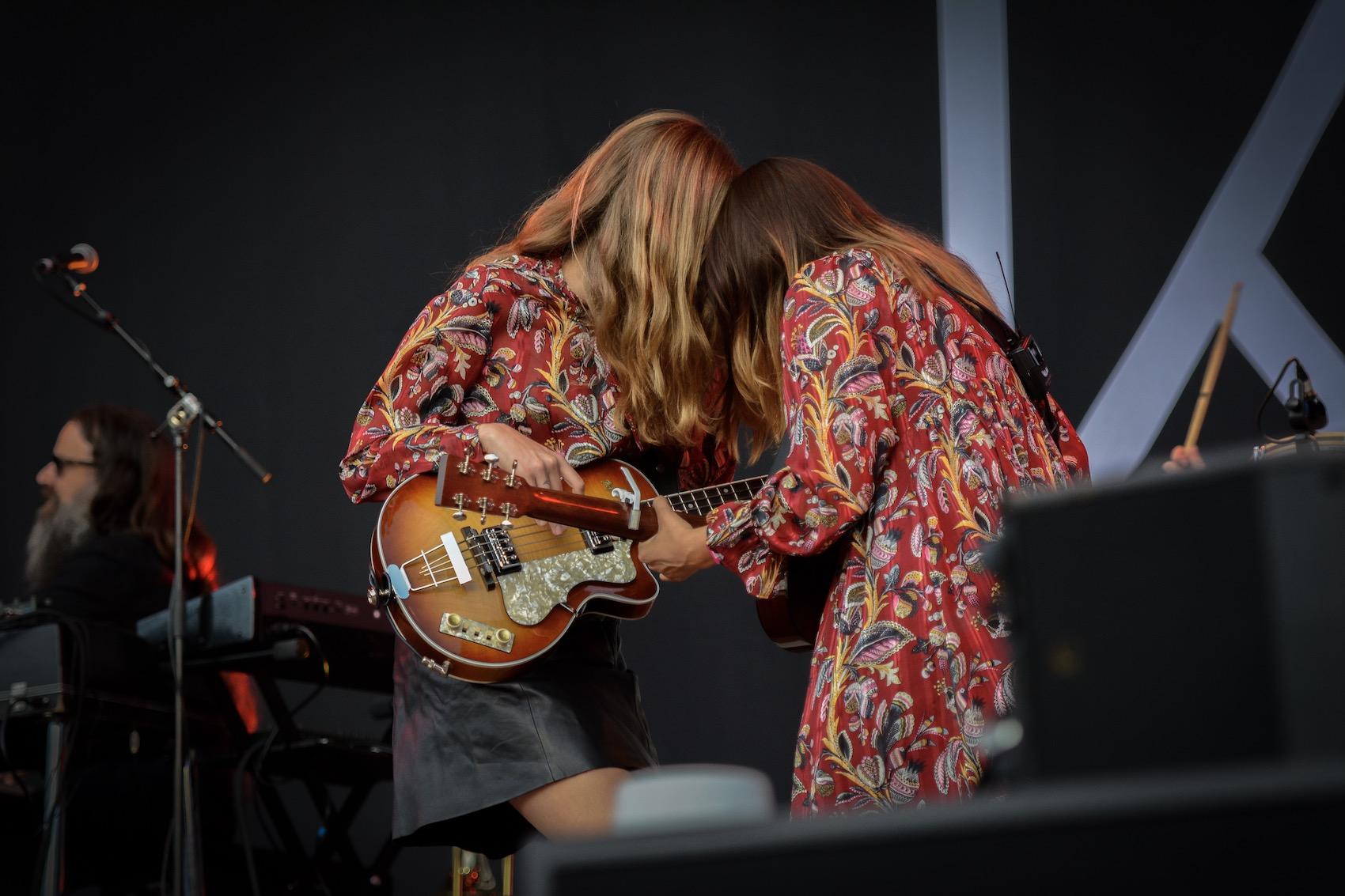 Ein Herz und zwei Gitarren. Die schwedischen Schwestern Johanna und Klara Söderberg sind seit zehn Jahren First Aid Kit.