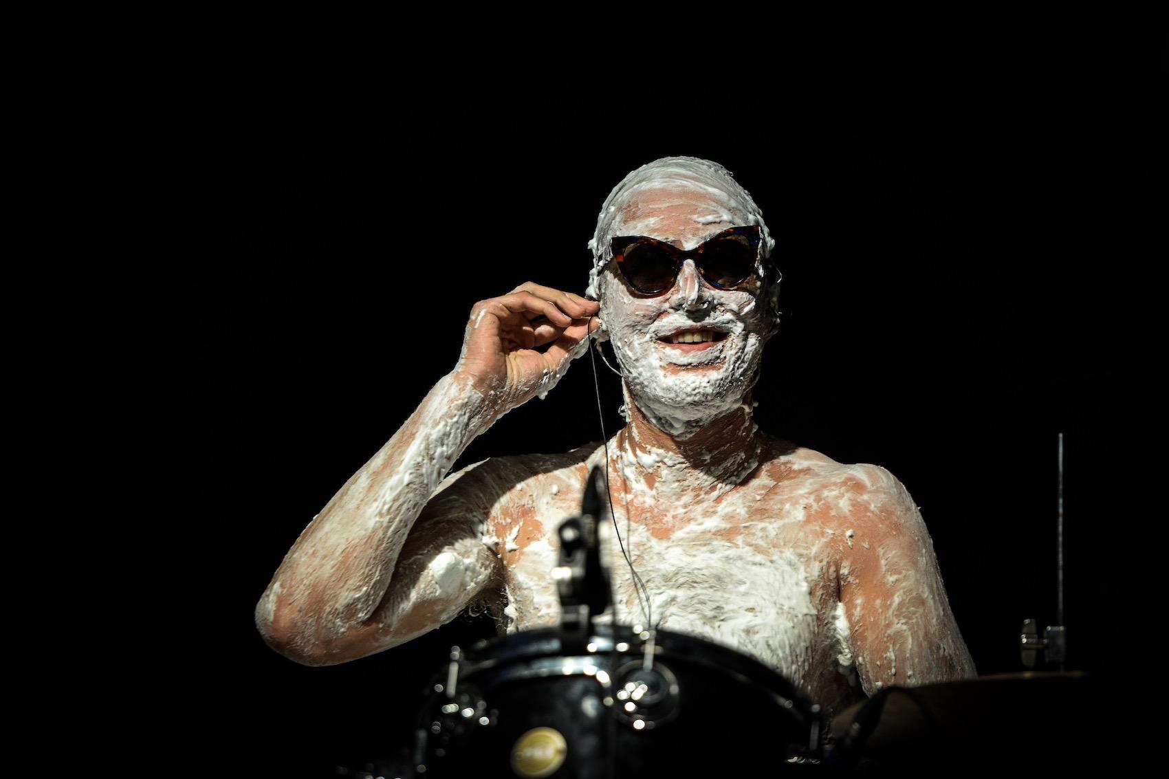 Was der Drummer im Gesicht hat, blieb sein Geheimnis. Wette verloren?