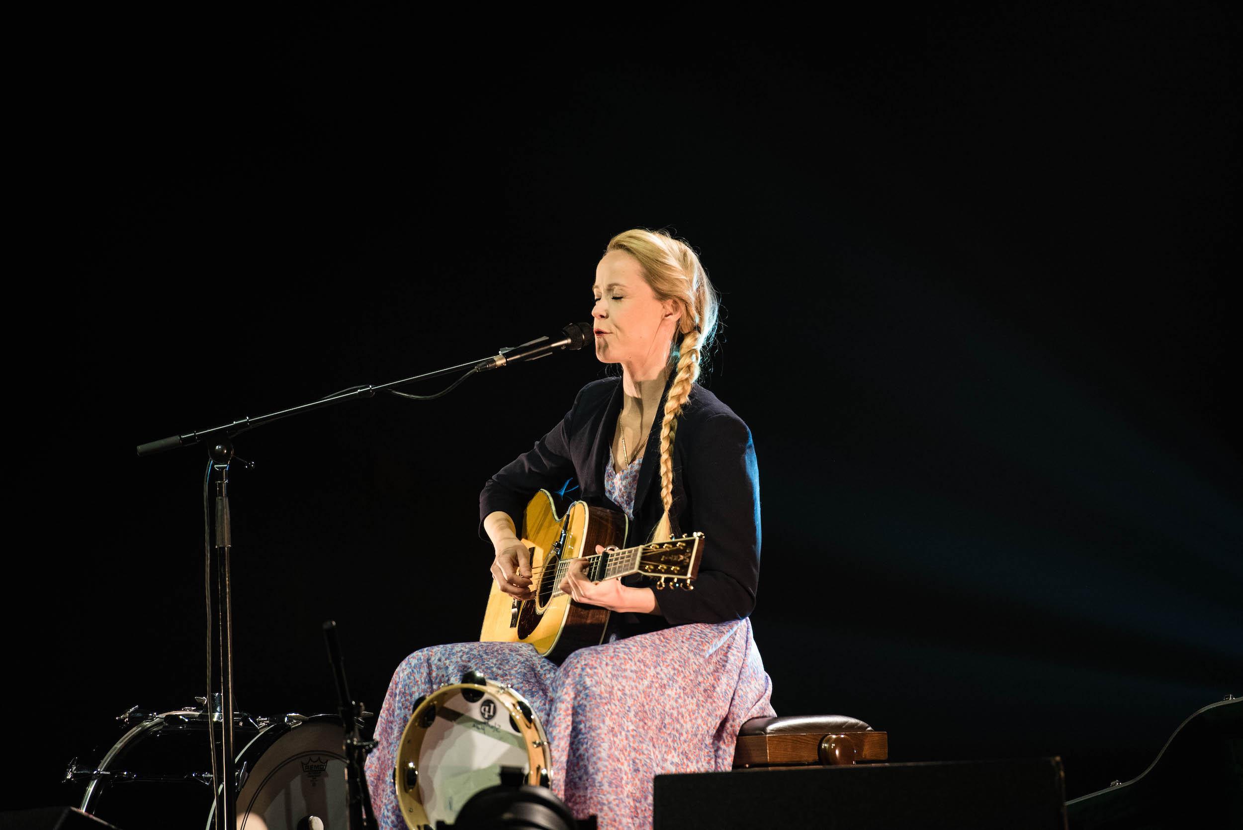 Immer wieder erzählte die Songwriterin Geschichten von sich.