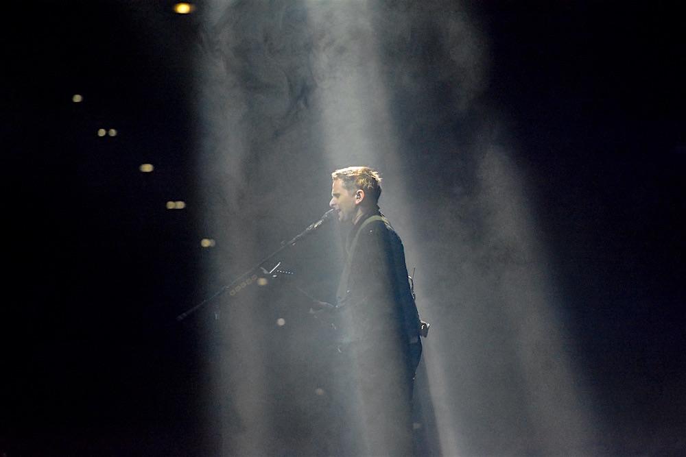 Matthew Bellamy im Scheinwerferlicht.