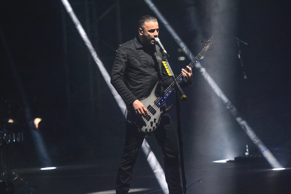 Christopher Wolstenholme am Bass.