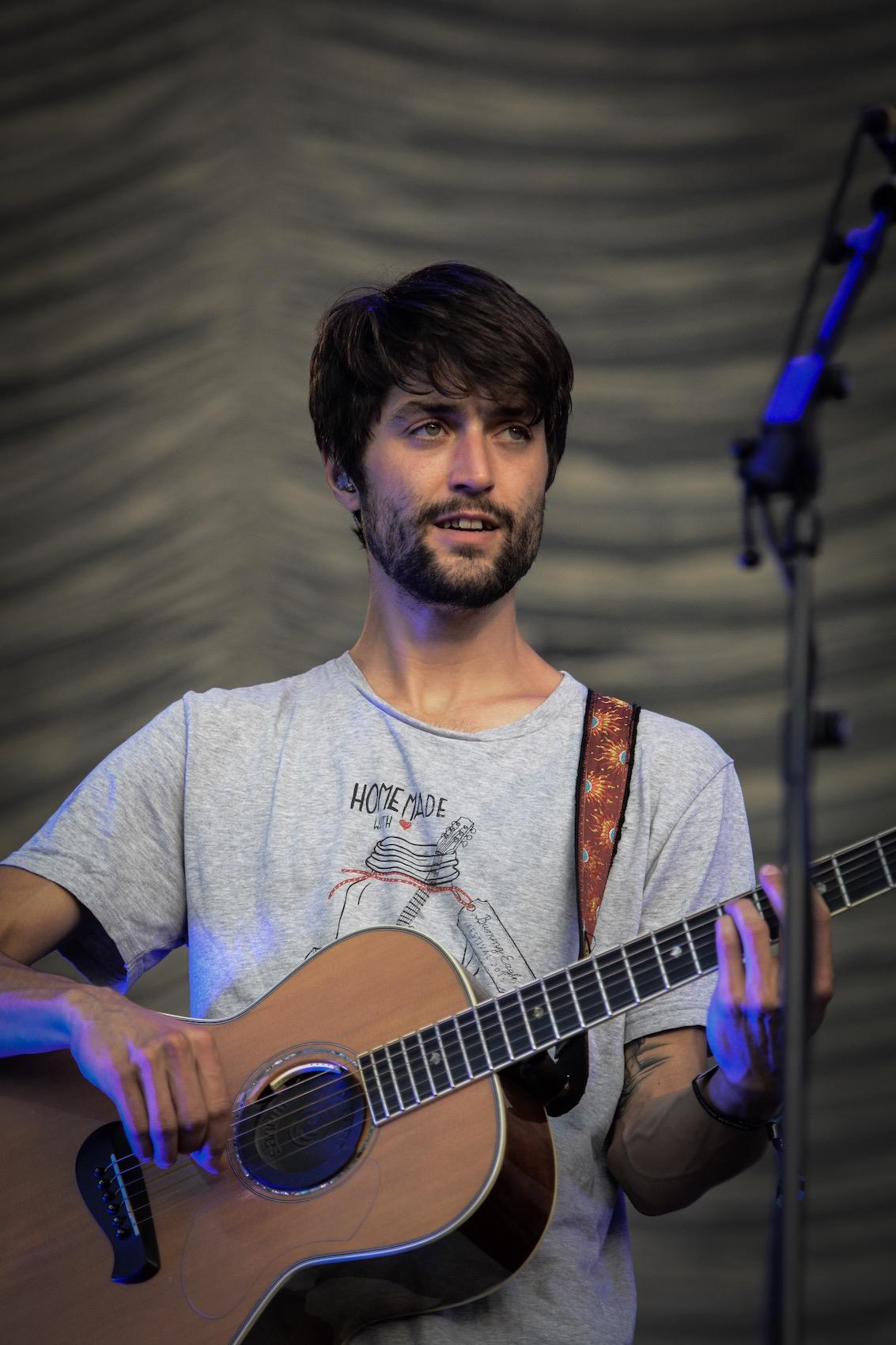 Macht den Anfang beim Namen und spielt Gitarre: Christopher Annen.