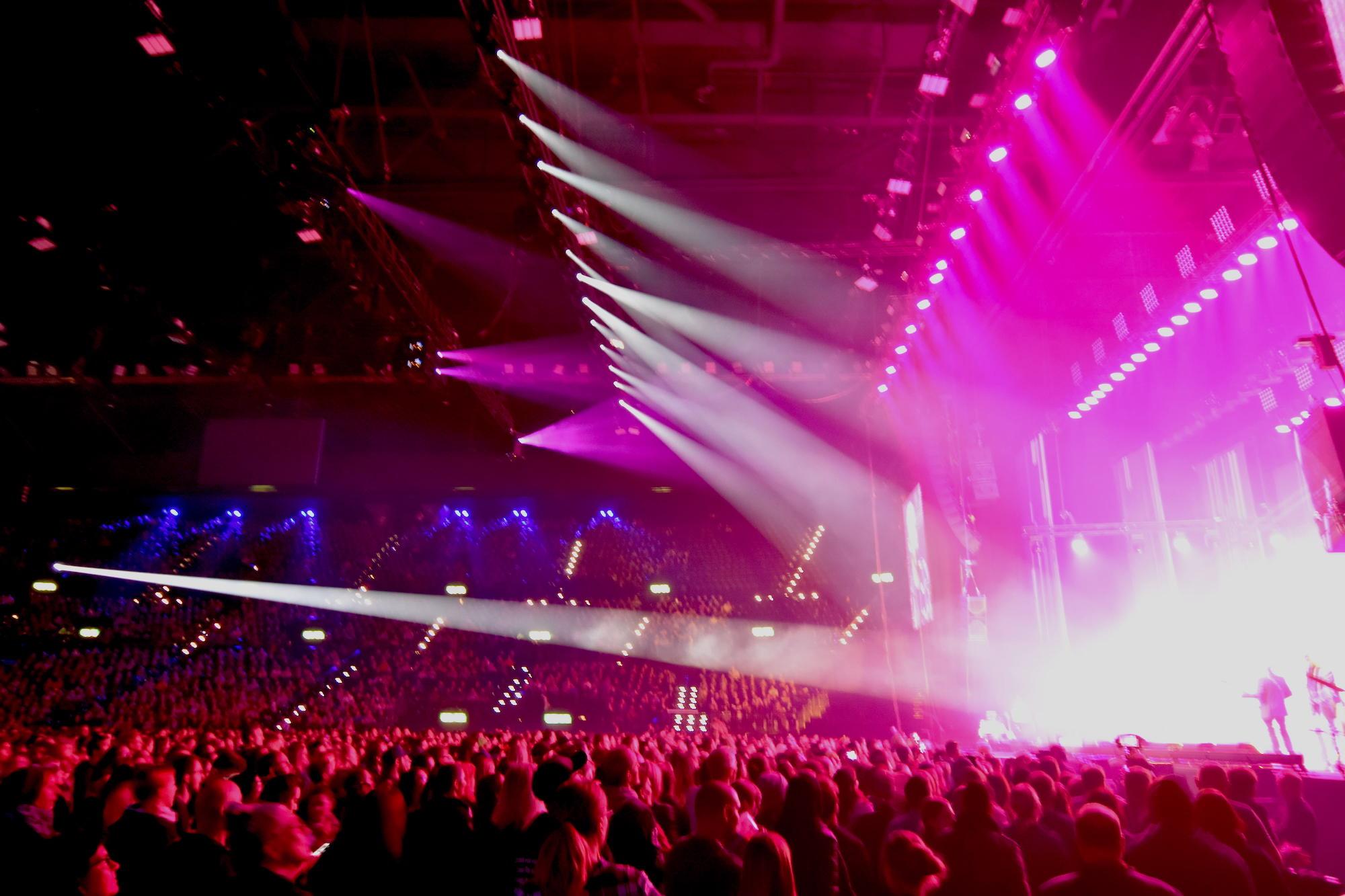 Die Bühne, voll beleuchtet.