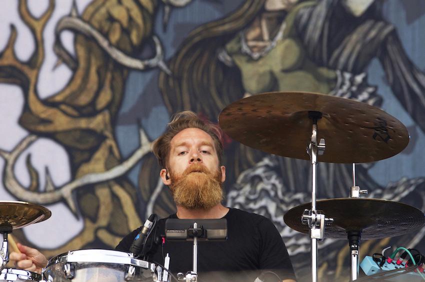 Am Schlagzeug sitzt bei Cellar Darling Merlin.