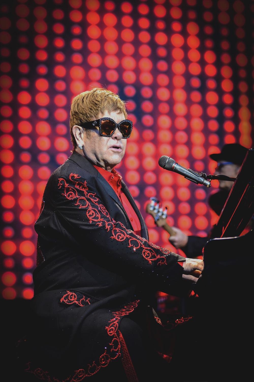 Glitzerbrille und Stickereien auf dem Jacket gehören bei Elton John dazu.
