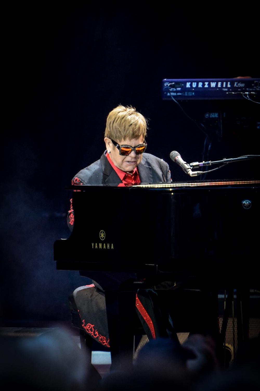 Mit «The Bitch Is Back» eröffnet Elton John selbstironisch das Konzert.