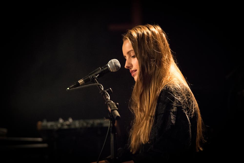 Die Schweizer Songwriterin Manon hat im Vorprogramm gespielt.