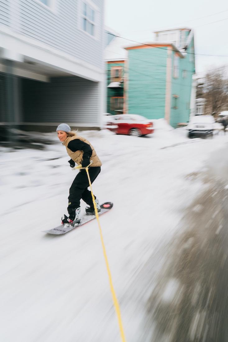 Wenn es in Neufundland allzu flach ist, verhilft Maria Thomsen schon mal ein Auto zu Speed. (© Blotto)