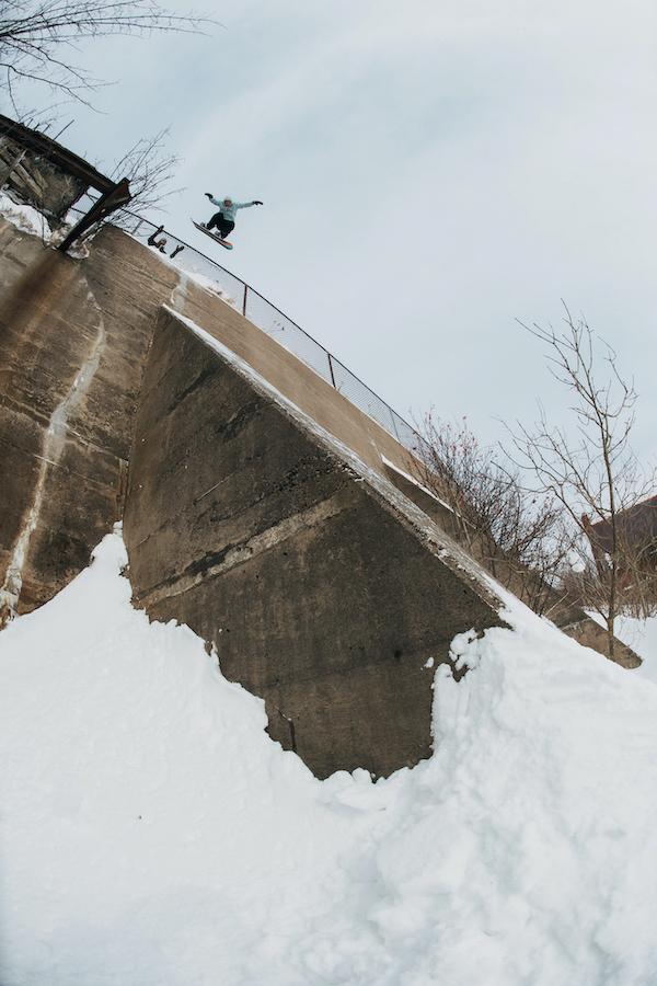 Niels Schack stürzt sich ebenfalls in Neufundland halsbrecherisch in die Tiefe. (© Blotto)
