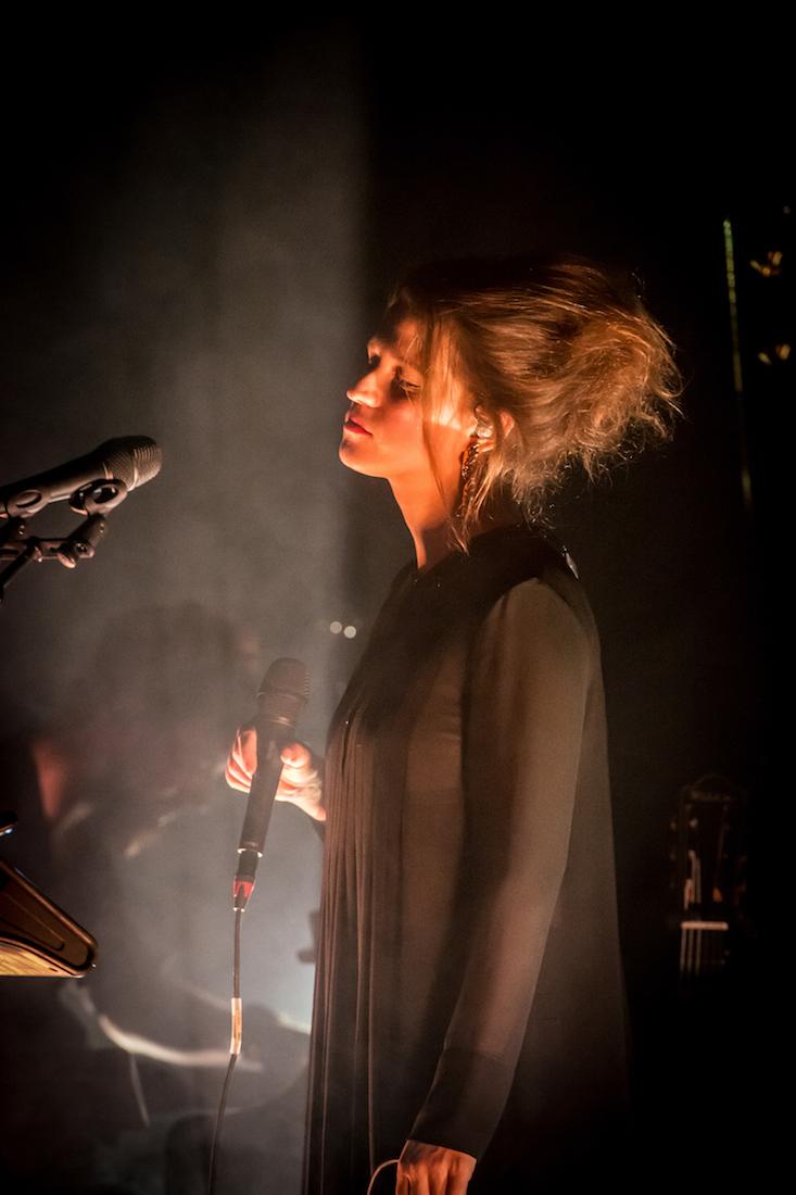 Die Sängerin liebt es, auf der Bühne zu stehen.