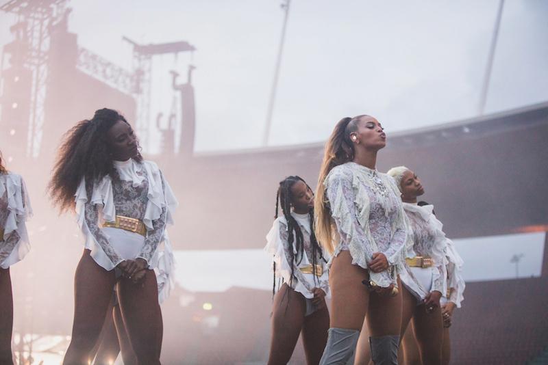 Die Amerikanerin und ihre Tänzerinnen zeigen perfekte Choreografien.